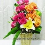 Memilih Vas Bunga di Toko Bunga Hias