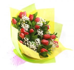 hand-bouquet-tulip-merah