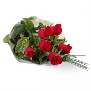 hand buket bunga mawar merah hati