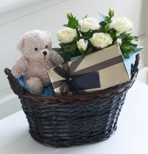 hadiah-rangkaian-mawar-putih-boneka-valentine-day