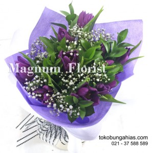 buket tangan bunga tulip ungu