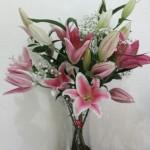 Jual rangkaian bunga lily dalam vas kaca