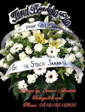 Kirim Bunga Mawar Standing Duka Cita Warna Putih ke Rumah Duka St. Carolus
