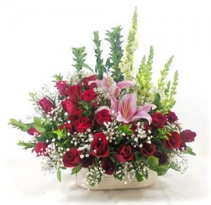 rangkaian-vas-bunga-mawar-merah-lily-segar