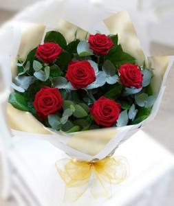 karangan-bunga-mawar-merah-hand-bouquet-valentine