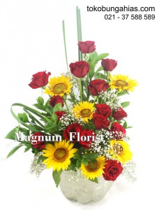 Vas-Bunga-Mawar-Merah-Matahari