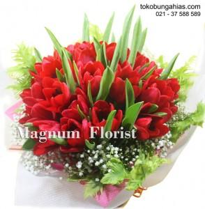 hand-buket-tangan-tulip-merah